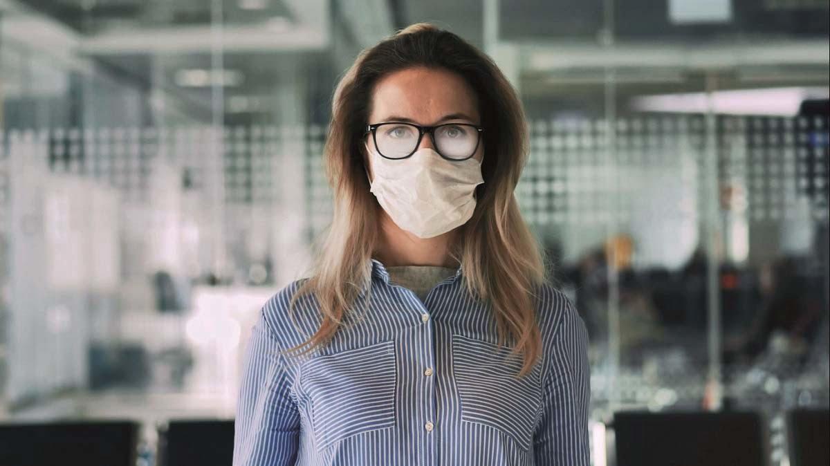 mulher com as lentes do oculos embacadas