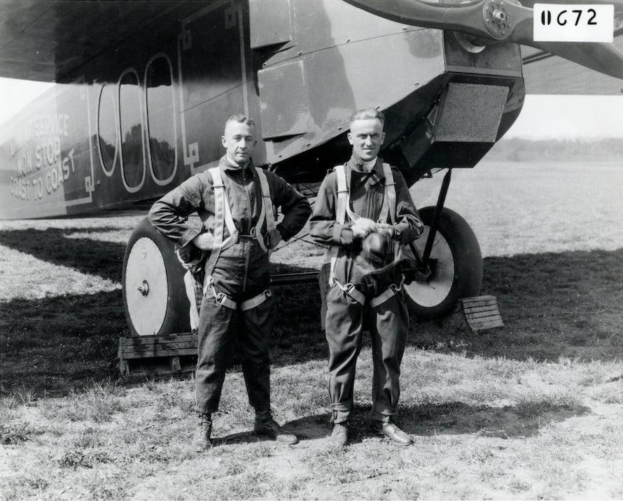 Tenente John A. Macready e Tenente Oakley G. Kelly com seus Fokker T-2. (NASM)