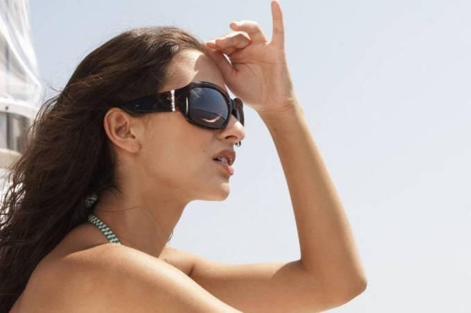 Mulher com óculos escuros